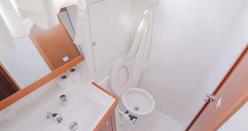 Oceanis_48_bathroom