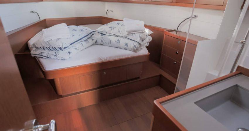 Oceanis_48_front_cabin_bed