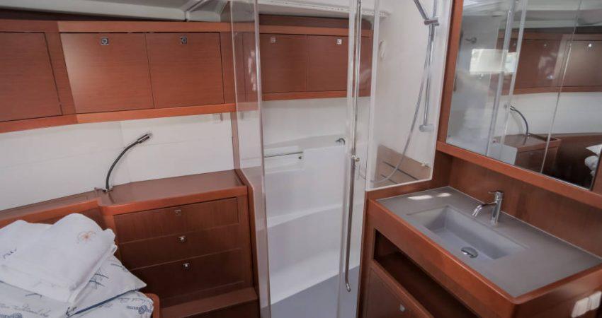 Oceanis_48_front_cabin_shower